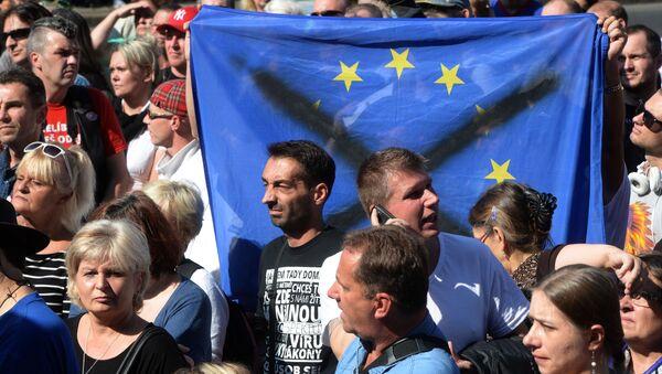 Vlajka EU.  Demonstrace proti migrantům v Praze (12.09.2015) - Sputnik Česká republika