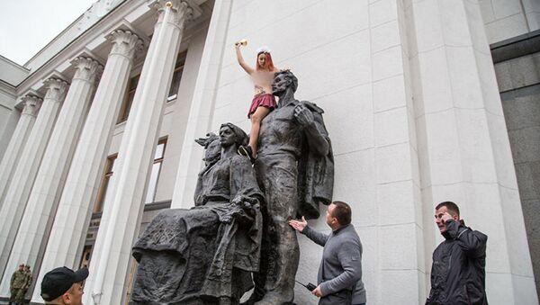 Aktivistka Femen u Nejvyšší rady - Sputnik Česká republika