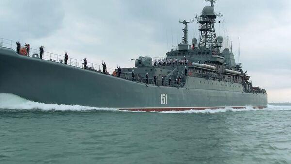 Ruská válečná loď poprvé proplula pod obloukem Krymského mostu - Sputnik Česká republika
