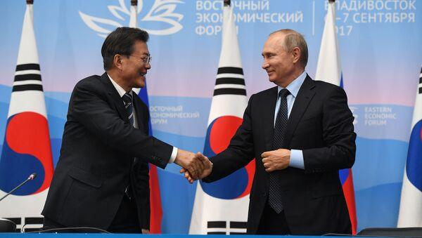 Prezident Jižní Koreje Mun Če-in a ruský prezident Vladimir Putin - Sputnik Česká republika