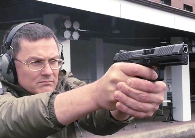 Koncern Kalašnikov představil kompaktní pistoli Lebeděv PL-15K