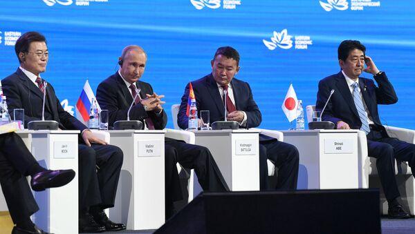 Jihokorejský prezident Mun Če-in, ruský prezident Vladimir Putin, mongolský prezident Khaltmaa Battulga, japonský premiér Šinzó Abe - Sputnik Česká republika
