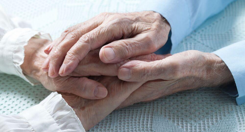 Руки пожилой пары