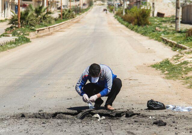 Sběr půdy po chemickém útoku v Sýrii