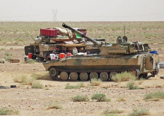 Syrští vojáci a technika v okolí Dajr az-Zauru