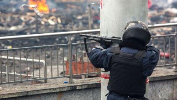 Příslušník pořádkových orgánů střílí gumovými kulkami na Majdanu - Sputnik Česká republika