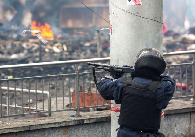 Příslušník pořádkových orgánů střílí gumovými kulkami na Majdanu