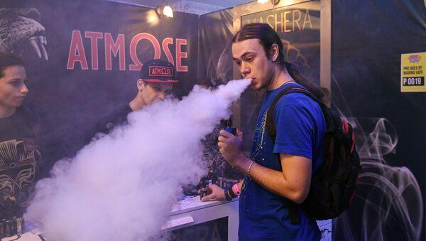 Kouření elektronické cigarety. Ilustrační foto - Sputnik Česká republika