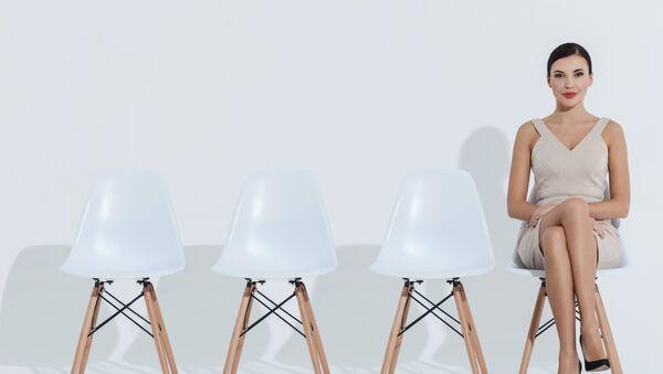 Žena sedí na židli. Ilustrační foto - Sputnik Česká republika