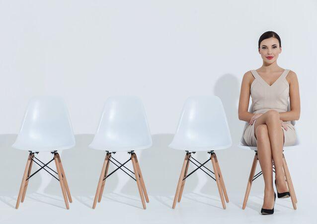 Žena sedí na židli