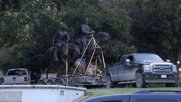Z parku v Dallasu odvezli sochu generála Lee - Sputnik Česká republika