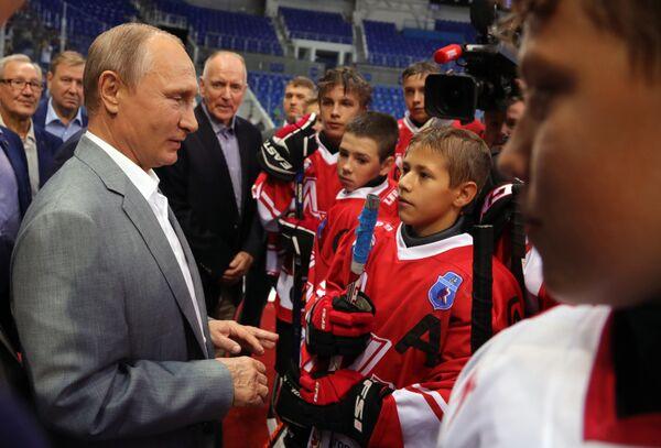 Prezident RF Vladimir Putin spolu s hokejisty sovětské a kanadské reprezentace, kteří se zúčastnili legendární supersérie 1972 - Sputnik Česká republika