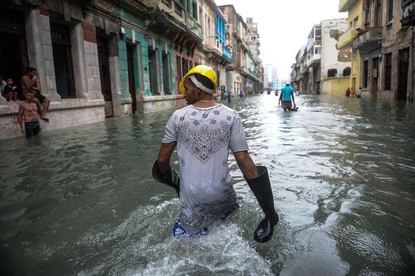 Kubánci na zaplavené ulici v Havaně - Sputnik Česká republika