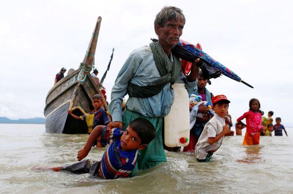 Běženci Rohindža po překročení hranice mezi Bangladéšem a Barmou - Sputnik Česká republika