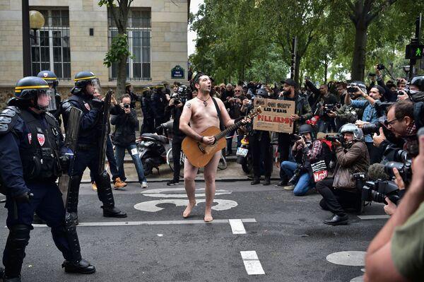 Obnažený účastník protestů proti reformě pracovního zákonodárství v Paříži - Sputnik Česká republika