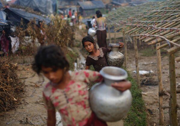 Děvčátka z rodin běženců Rohindža nesou džbány s vodou, Bangladéš - Sputnik Česká republika