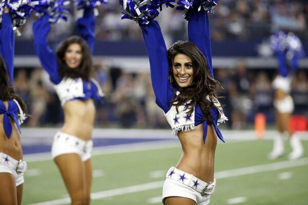 Dívky ze skupiny roztleskávaček The Dallas Cowboys na utkání v Texasu - Sputnik Česká republika