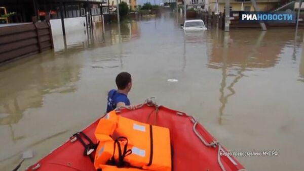 Záchranáři v Soči vynášeli děti ze zatopených domů a odváželi je v loďkách - Sputnik Česká republika