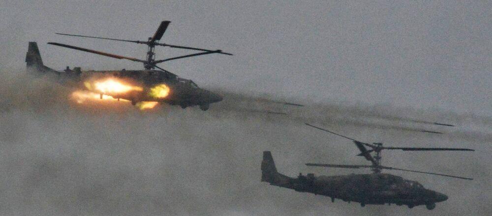 Vrtulníky Ka-52 Alligator během vojenského cvičení ruských a běloruských ozbrojených sil v Leningradské oblasti Západ 2017 (ilustrační foto)