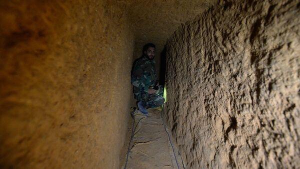 Syrský voják v podzemním tunelu radikálů v damašském předměstí Dará - Sputnik Česká republika