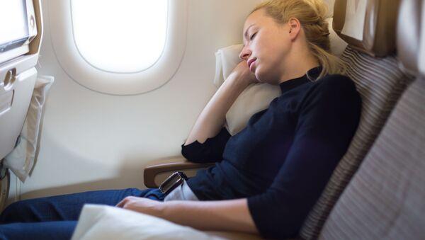 Dívka spící na palubě letadla  - Sputnik Česká republika