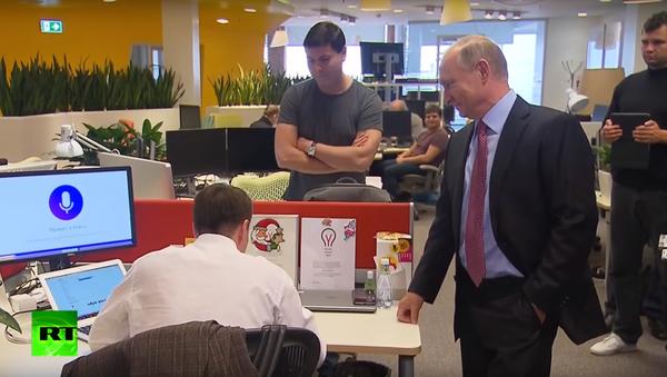 Putin si promluvil s hlasovou asistentkou Alisou v kanceláři IT společnosti Yandex - Sputnik Česká republika
