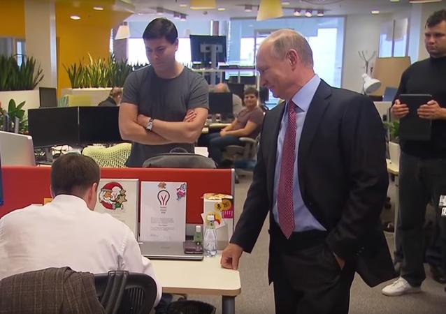 Putin si promluvil s hlasovou asistentkou Alisou v kanceláři IT společnosti Yandex