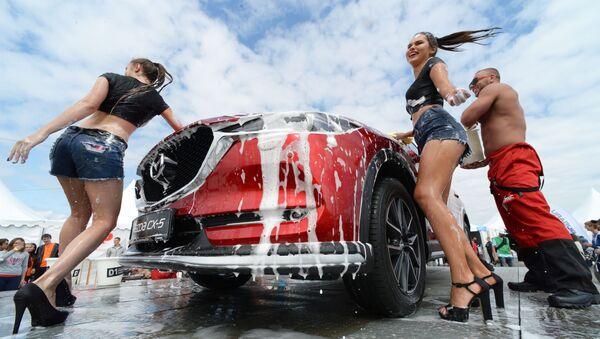 Modelky u automobilu na panelu Mazda během autosalonu Vladivostok International Autosalon - Sputnik Česká republika