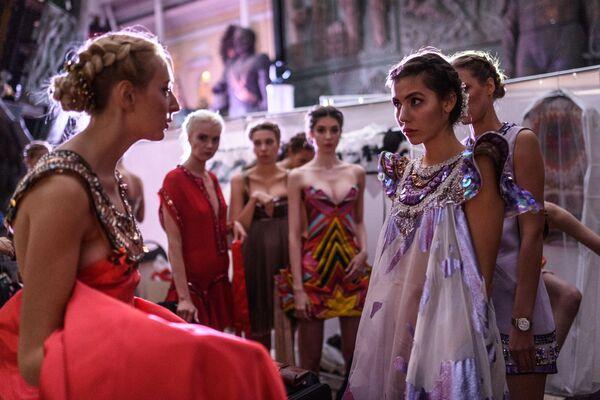 Modelky před začátkem přehlídky oblečení v rámci mezinárodního etnokulturního festivalu Etno Art Fest 2017 v Moskvě - Sputnik Česká republika