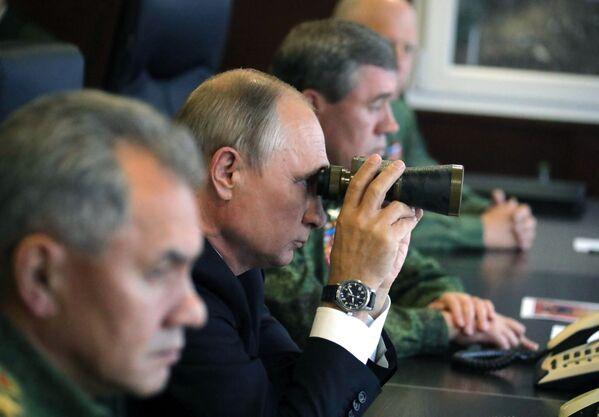 Ruský prezident Vladimir Putin během kontroly činnosti ozbrojených sil Svazu Ruska a Běloruska na základní etapě společného strategického cvičení Západ 2017 na polygonu Lužskij - Sputnik Česká republika