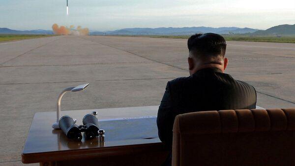 Vůdce KLDR Kim Čong-un během startu balistické rakety Hwasong-12 - Sputnik Česká republika