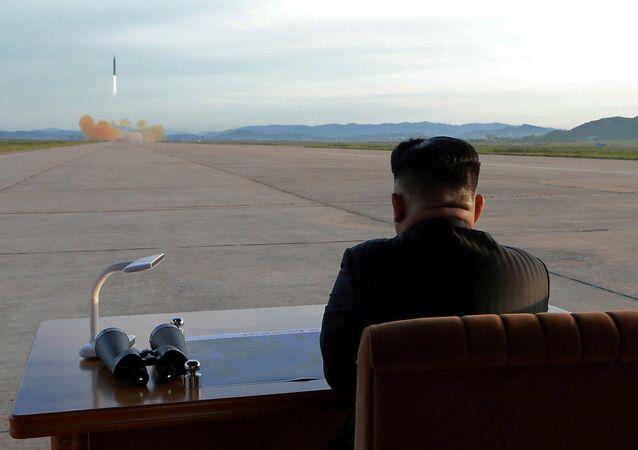 Vůdce KLDR Kim Čong-un během startu balistické rakety Hwasong-12