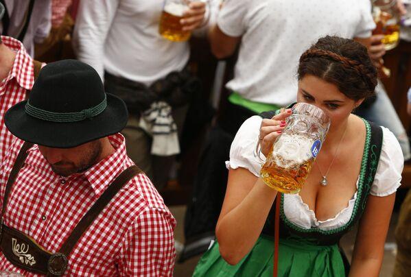 Hosté každoročního pivního festivalu Oktoberfest v Mnichově - Sputnik Česká republika