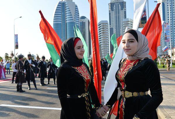 Hosté v národních krojích během otevření parku květin u výškového komplexu Grozny-city v Grozném, které je časově laděno ke dni čečenské ženy - Sputnik Česká republika