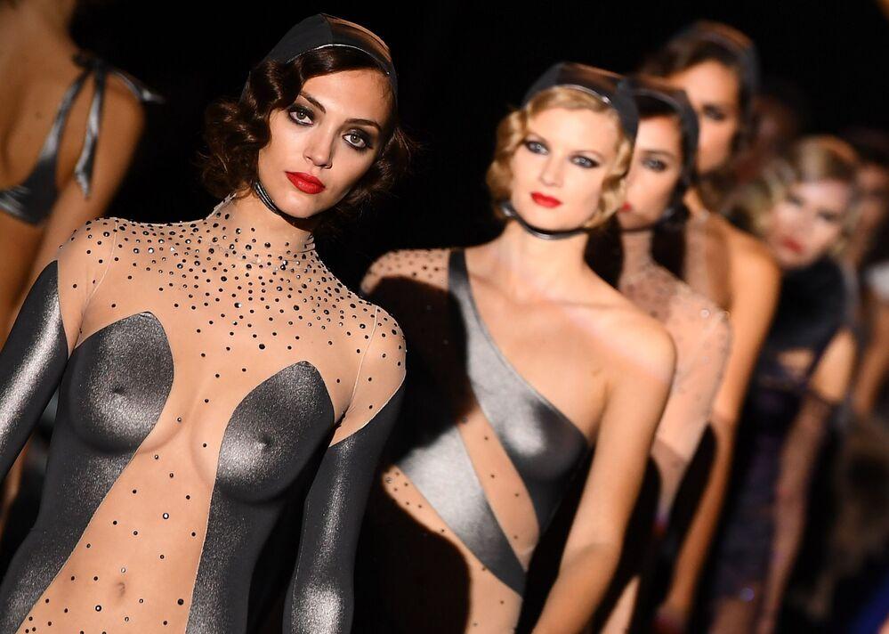 Modelky představují kolekci značky Andres Sarda na Týdnu módy v Madridu