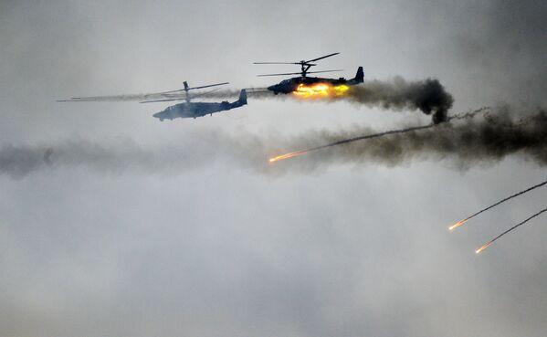 Vrtulníky Ka-52 na společných strategických cvičeních ozbrojených sil Běloruska a Ruské federace Západ 2017 - Sputnik Česká republika