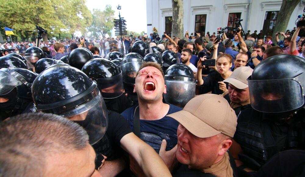 Potyčka s policií během protestů s požadavkem odvolání primátora Oděsy v souvislosti se smrtí dětí v dětském letním táboře, Ukrajina.