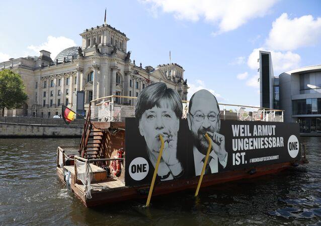 Plakát s  Angelou Merkelovou a Martinem Schulzem