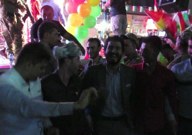 Tance s vlajkami a ohňostroj: Kurdové v Arbílu oslavili referendum