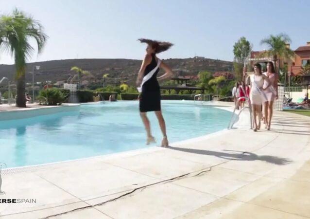 Účastnice Miss Španělsko při přehlídce spadla do bazénu