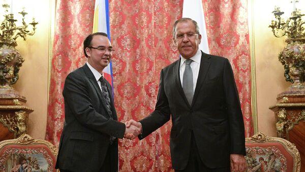 Ministr zahraničí Filipín Alan Peter Cayetano se Sergejem Lavrovem - Sputnik Česká republika