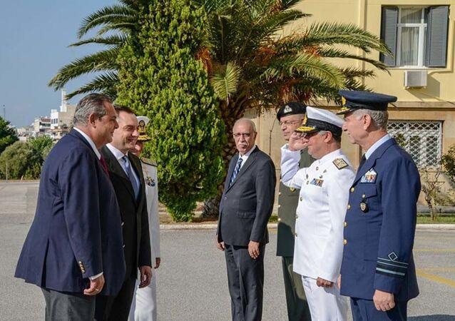 Řecký ministr obrany Panos Kammenos a srbský ministr obrany Aleksander Vulin v Aténách, kde byla podepsána verbální nóta o integraci