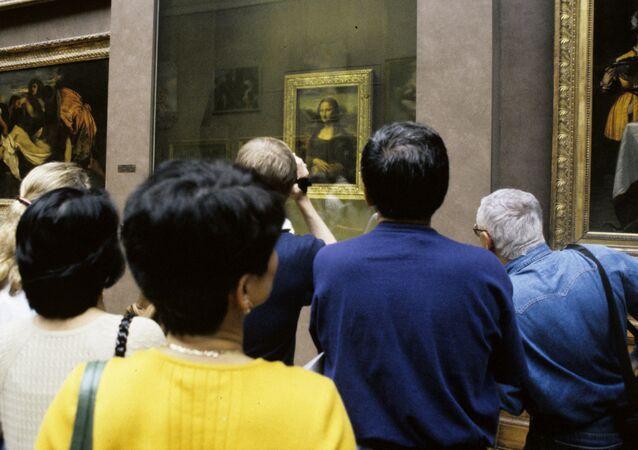 Fronta před portrétem Mony Lisy