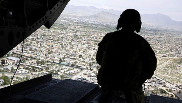 Americký voják ve vrtulníku nad Kábulem - Sputnik Česká republika