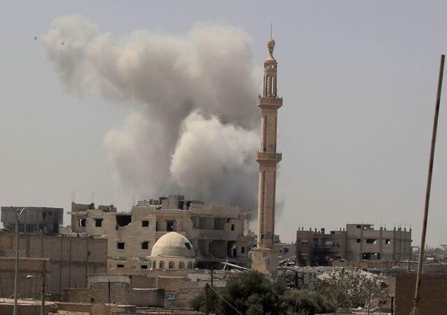 Kouř po leteckých útocích na Rakku