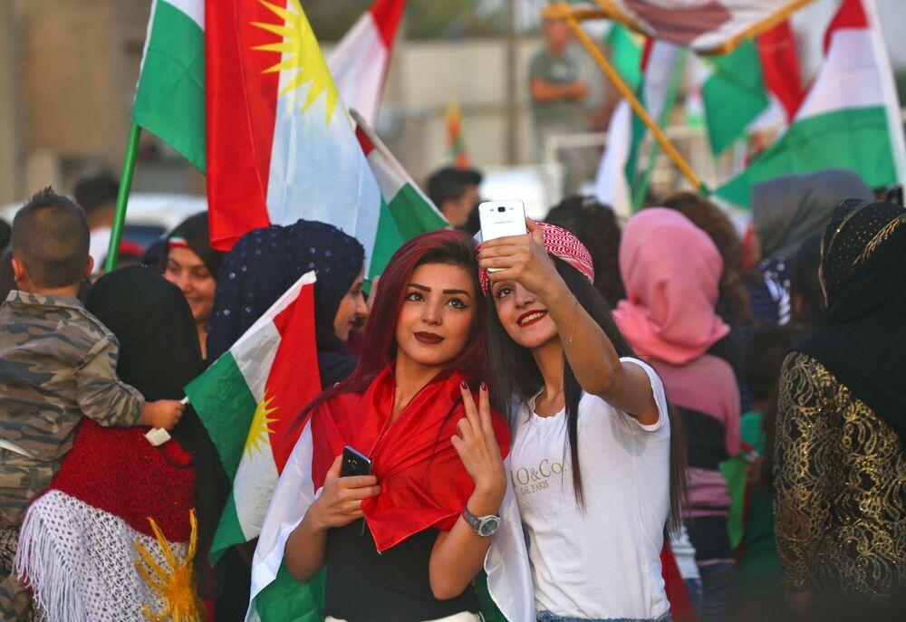 Kurdské dívky během referenda o nezávislosti Iráckého Kurdistánu