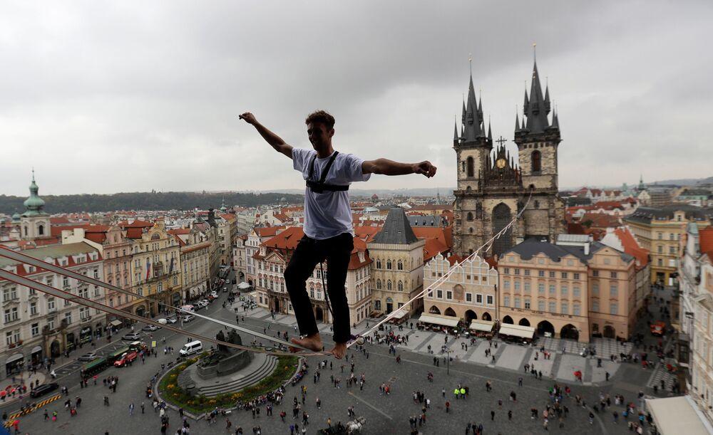 Provazochodec nad Staroměstským náměstím v Praze