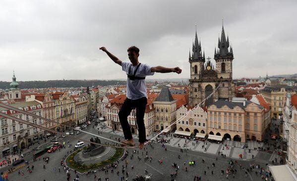 Provazochodec nad Staroměstským náměstím v Praze - Sputnik Česká republika