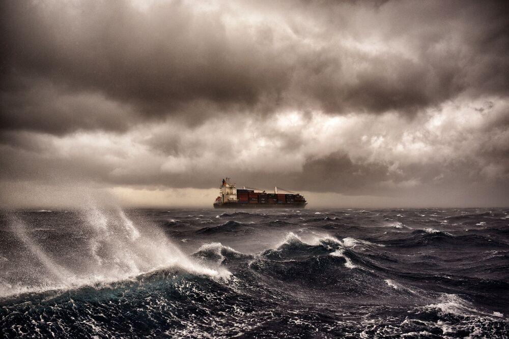Nákladní loď během bouře ve Středozemním moři nedaleko Malty