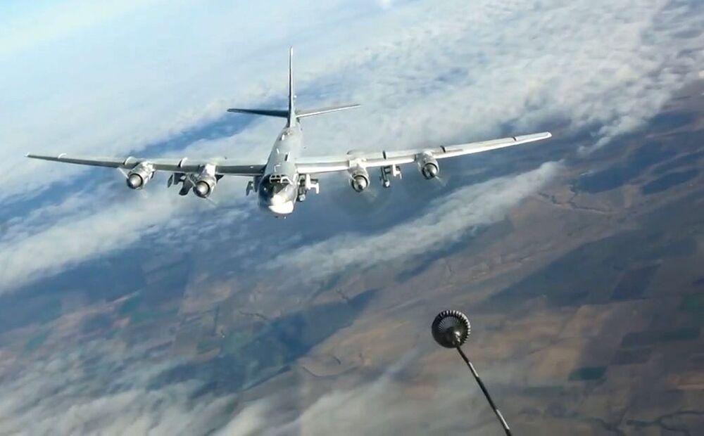 Vzdušné tankování strategického bombardéru Tu-95MS během vykonávání bojového úkolu, který spočíval v útoku raketami s plochou dráhou letu Ch-101 na objekty teroristů v Sýrii